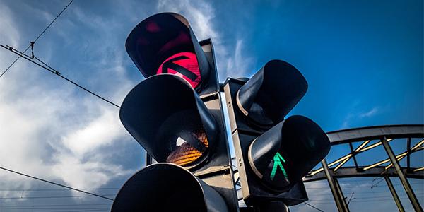 红绿灯三灯全亮,该怎么做?