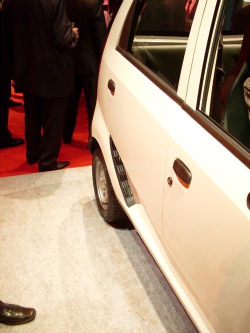 不到2万 印度最便宜汽车Nano正式交付用户高清图片