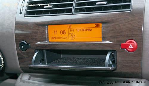 行车电脑显示屏下的储物空间很实用