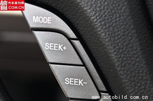 方向盘上的多功能按键使用起来十分顺手