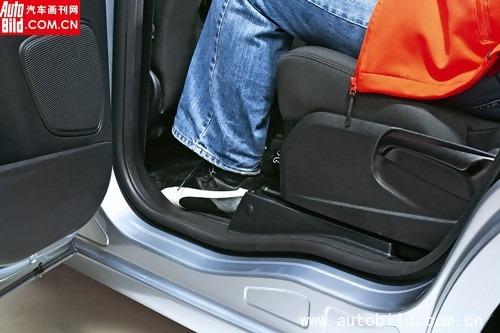 为了乘座者的脚能更方便得跨入跨出车门,门槛处采用下凹形的设计