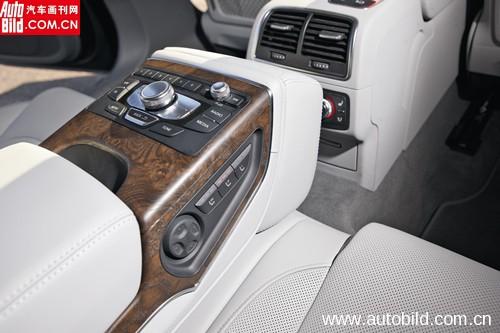 众多的按键和旋钮赋予后排乘客强大的控制力