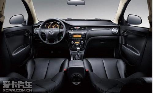 和悦运动版采用了运动车型惯用的动感黑色内饰设计,配备蓝色仪表灯光