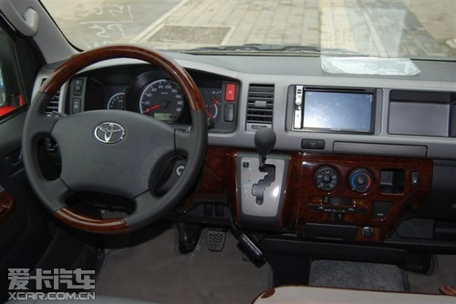 丰田海狮面包车外观上,流线型高身车顶及大气方正的车头设计,流畅而