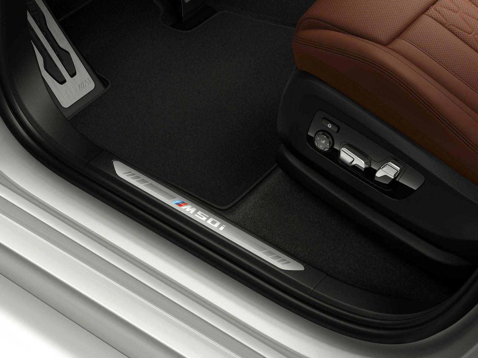 04.创新BMW X7 xDrive M50i 发光迎宾踏板.jpg